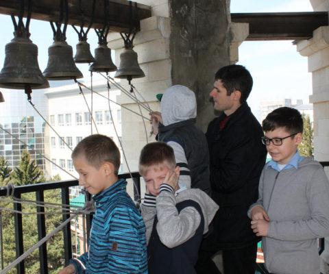 Школьники поднялись на колокольню храма
